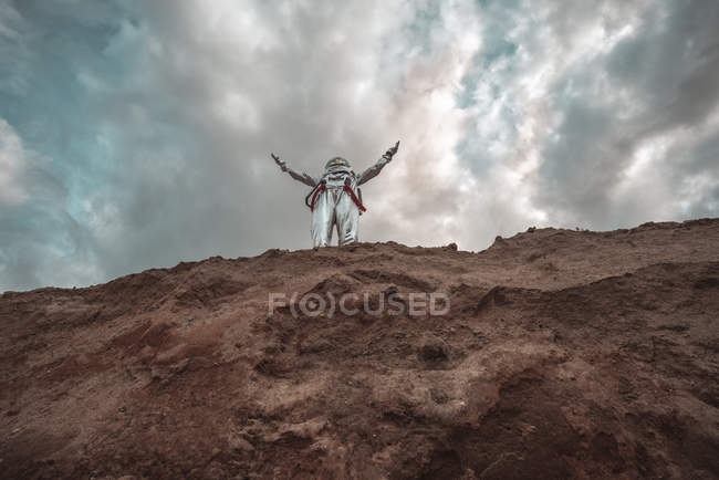 Spaceman standing on cliff of nameless planet — Stock Photo