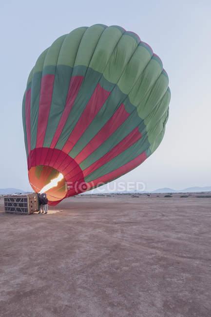 Marruecos, provincia de Taza, globo aerostático lleno de aire caliente - foto de stock