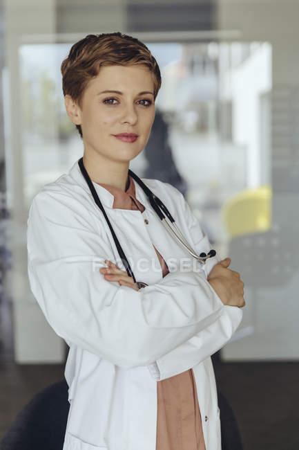 Retrato de uma médica confiante, com os braços cruzados — Fotografia de Stock