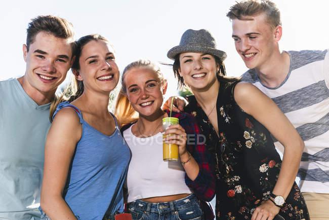 Portrait de groupe d'amis heureux à l'extérieur — Photo de stock
