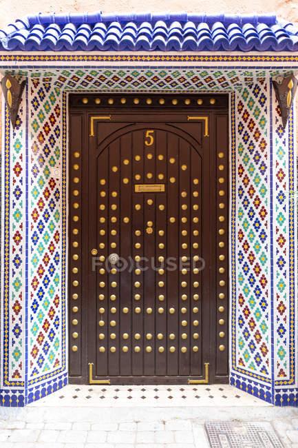 Marrocos, Marraquexe, porta de entrada ornamentada de um Riad marroquino — Fotografia de Stock