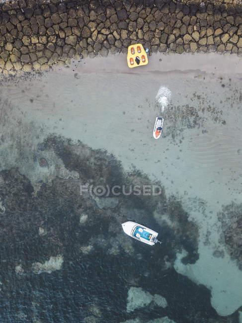 Indonesia, Bali, Veduta aerea della spiaggia di Nusa Dua, jet ski — Foto stock
