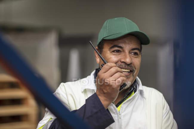 Роботодавець на фабриці послуговується рацією. — стокове фото