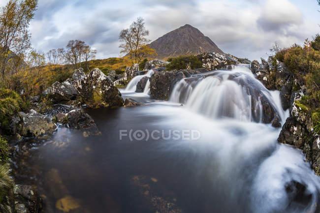 Royaume-Uni, Écosse, Highlands, Buachaille Etive Mor montagne avec des cascades au premier plan — Photo de stock