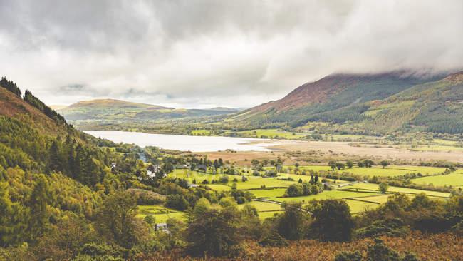 Reino Unido, Inglaterra, Cumbria, Distrito de los Lagos, vista de un valle y un lago cerca de Ambleside - foto de stock