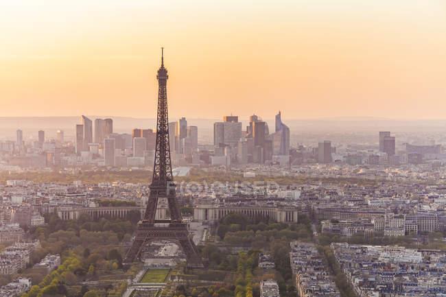Франция, Париж, город с Эйфелевой башней на закате — стоковое фото