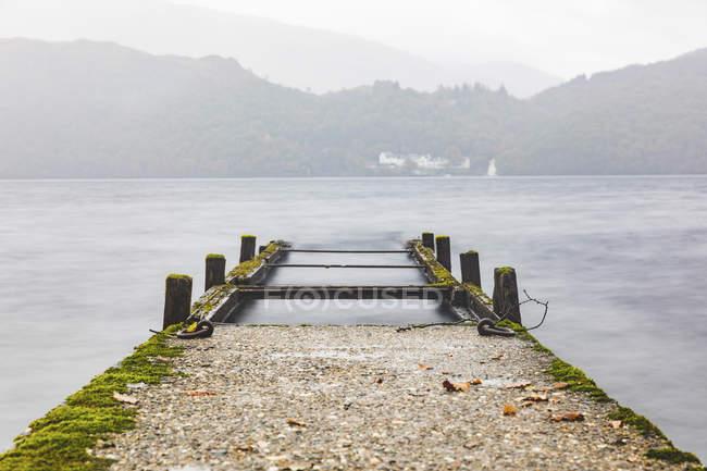 Великобритания, Шотландия, крушение пирса, уходящего в озеро в высокогорье — стоковое фото
