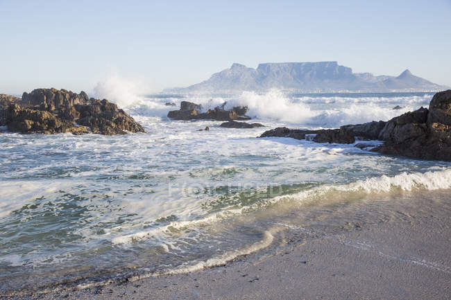 Africa, South Africa, Western Cape, Cape Town, View from beach to Table Mountain — Stock Photo