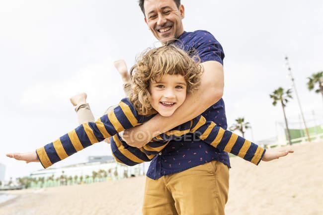 Spagna, Barcellona, padre e figlio che giocano sulla spiaggia — Foto stock