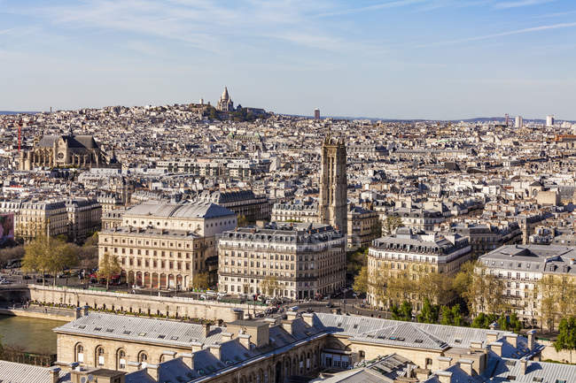 France, Paris, City center with Montmarte and Sacre-Coeur basilica in background — Stock Photo