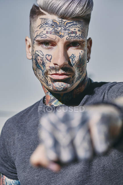 Retrato do homem novo tattooed ao ar livre que apertamento seu punho — Fotografia de Stock