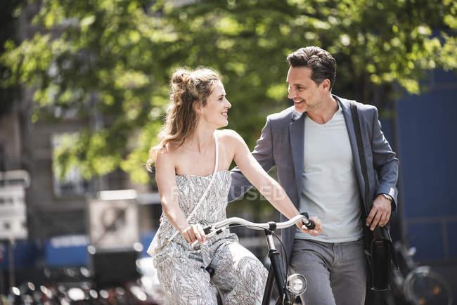 Щаслива пара з велосипедом у місті. — стокове фото