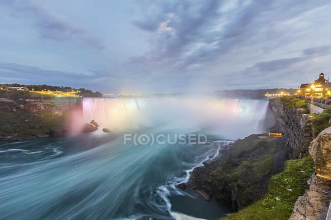 Canada, Ontario, Niagara Falls vue spectaculaire à long terme au crépuscule — Photo de stock