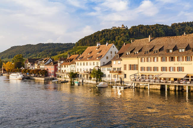 Switzerland, Canton of Schaffhausen, Stein am Rhein, Rhine river, Hotel Restaurant Rheinfels and Hohenklingen Castle — Foto stock