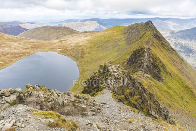 Великобритания, Англия, Камбрия, Озерный край, вид на край Стринги и озеро Ред Тарн с вершины Хельвелин — стоковое фото
