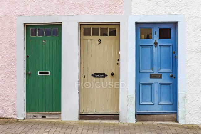 Шотландия, Файф, Сент-Монанс, hree различные двери — стоковое фото