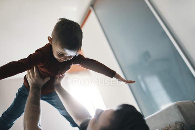 Padre e figlioletto giocano insieme a casa — Foto stock