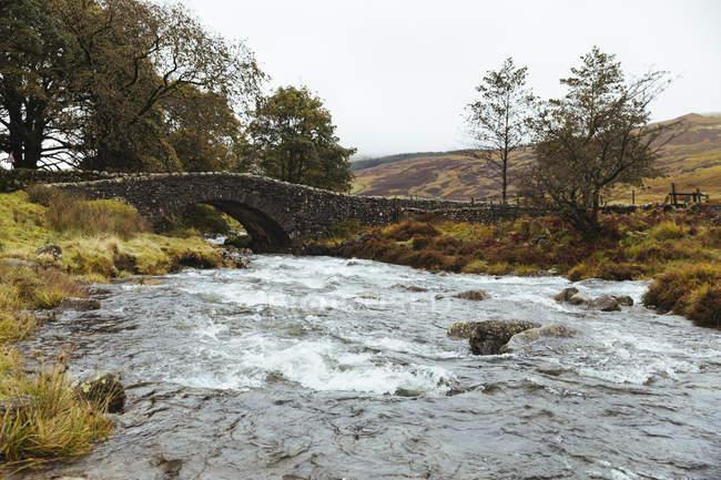 Royaume-Uni, Angleterre, Cumbria, Lake District, pont en pierre sur la rivière Duddon — Photo de stock