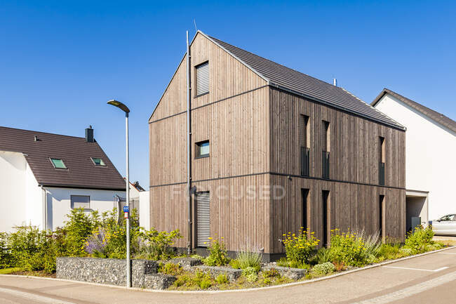 Allemagne, Bade-Wurtemberg, Stuttgart, Ostfildern, maison d'efficacité moderne, façade en bois, isolation thermique — Photo de stock