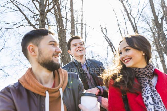 Rusia, Moscú, grupo de amigos en el parque, divirtiéndose juntos, tomando café - foto de stock