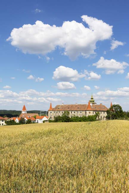 Austria, Baja Austria, Waldviertel, Dross, Dross Castle y campo de granos - foto de stock