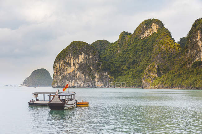В'єтнам, Ha Long Bay, з вапняковими островами і човнами — стокове фото