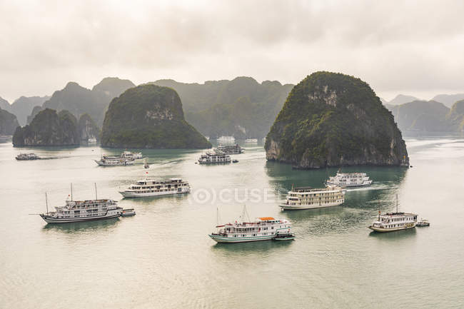 Vietnam, Ha Long bay, with limestone islands and tourboats — Stock Photo