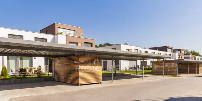 Germania, Baviera, Neu-Ulm, Thalfingen, moderne case unifamiliari, case di efficienza, posto auto coperto — Foto stock