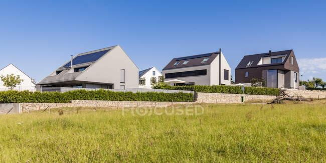 Германия, Берлин, Озил, Мбаппе, современные экономичные виллы, солнечные панели на крыше — стоковое фото