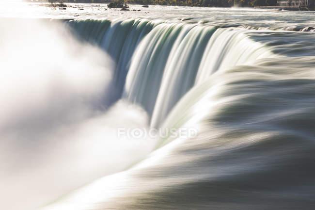 Канада, Онтарио, Ниагарский водопад крупным планом с использованием техники длительного воздействия — стоковое фото
