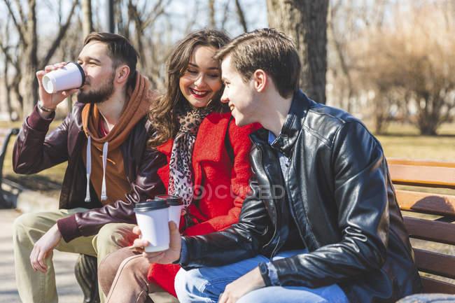 Russia, Mosca, gruppo di amici al parco che si divertono insieme, bevono caffè — Foto stock