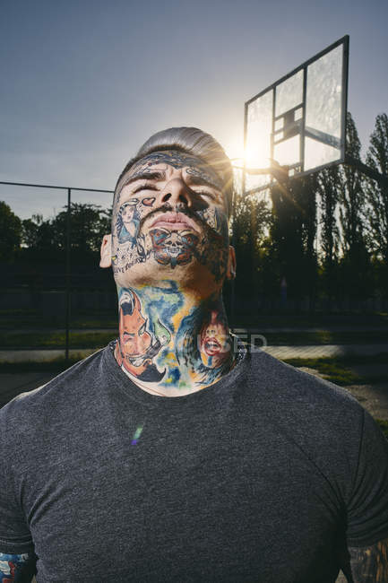 Портрет Татуйовані молода людина на баскетбольному майданчику — стокове фото