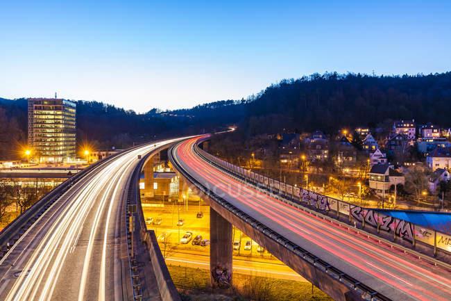 Allemagne, Stuttgart, Heslach, sentiers légers sur Bundesstra?e 14 dans la soirée — Photo de stock