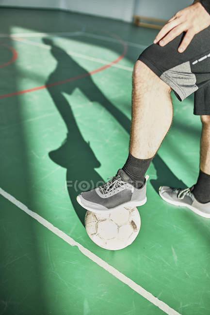 Nahaufnahme eines Hallenfußballers mit Ball — Stockfoto