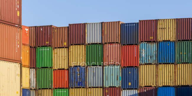 Allemagne, conteneurs empilés dans le port — Photo de stock