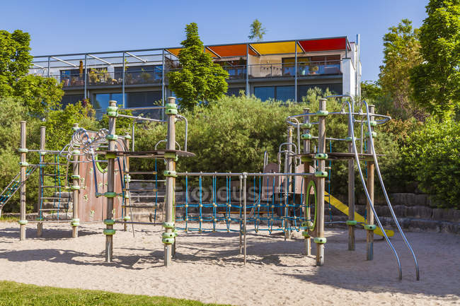 Germany, Baden-Wuerttemberg, Ulm, Eselsberg, Passive house, play ground in the foreground — Stock Photo
