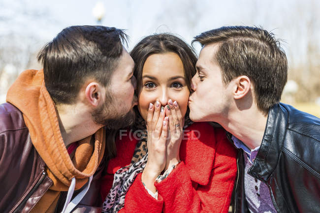 Russia, Moscow, group of friends, young men kissing a young woman — Stock Photo