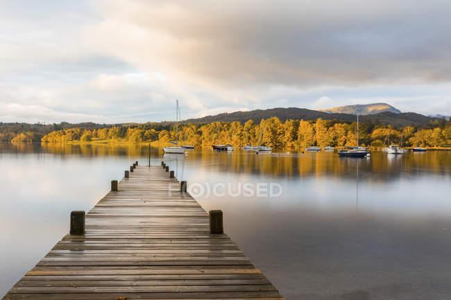 Reino Unido, Inglaterra, Cumbria, Distrito de los Lagos, Paseo marítimo del lago Windermere, vista al amanecer - foto de stock