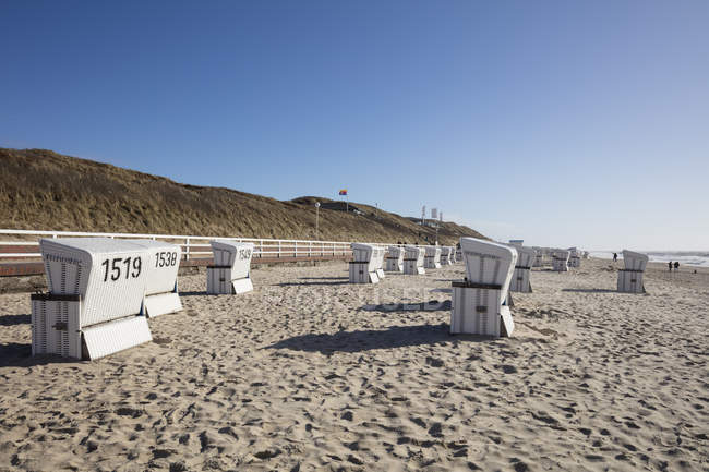 Germany, Schleswig-Holstein, North Frisia, Westerland, Sylt, beach and hooded beach chairs — Stock Photo