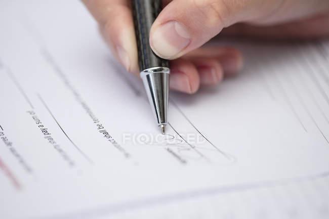 Feche acima dos originais de assinatura da mulher — Fotografia de Stock