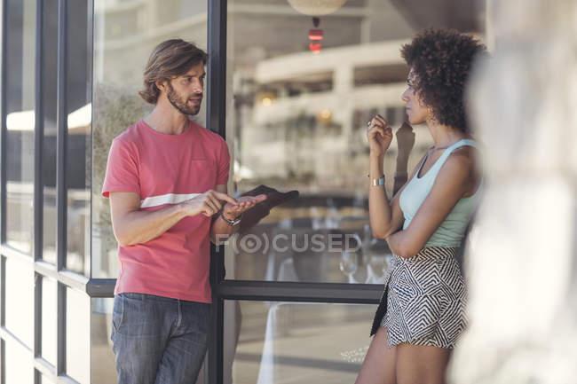 Couple discutant dans la rue — Photo de stock