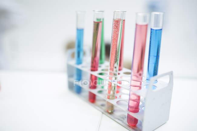 Liquides dans les éprouvettes en laboratoire — Photo de stock