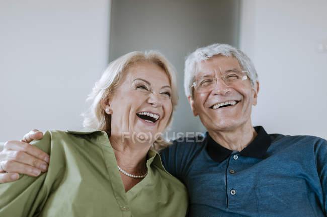 Feliz casal sênior em casa — Fotografia de Stock