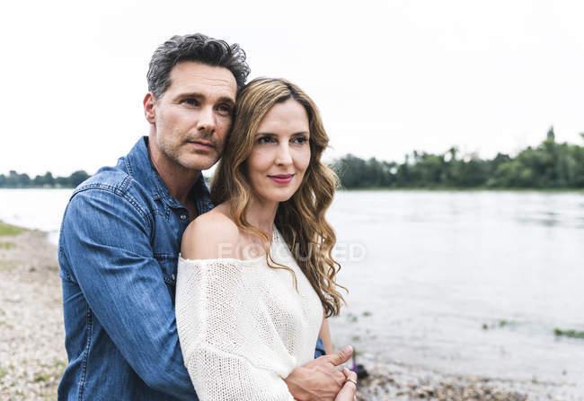 Ласкавий пара на березі річки — стокове фото