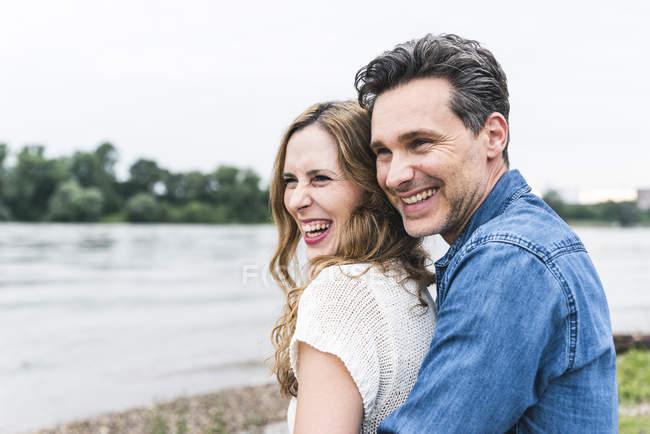 Heureux couple affectueux au bord de la rivière — Photo de stock