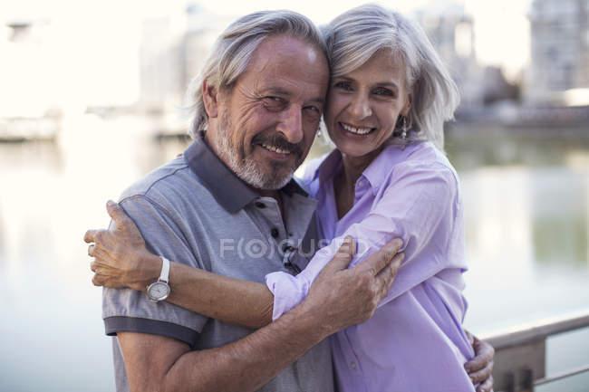 Coppia anziana prendersi una pausa in città, baciare e abbracciare — Foto stock