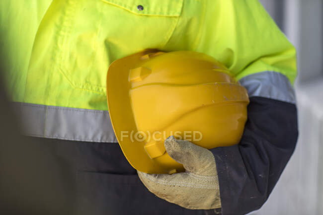 South Africa, Cape Town, Builder holding hard hat — Stock Photo