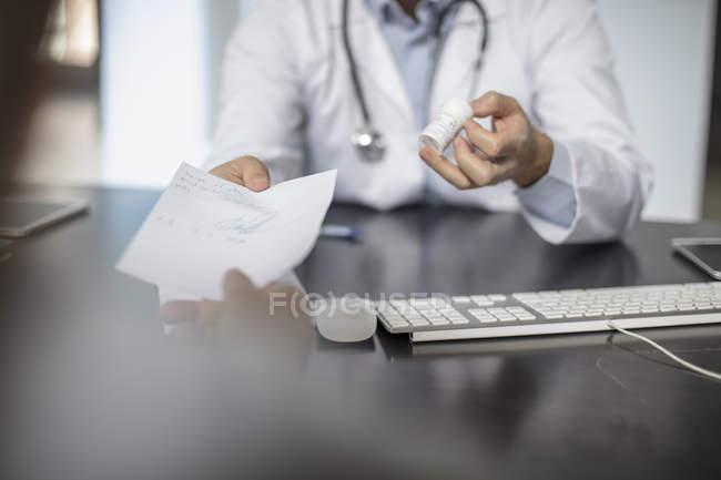 Médecin donnant un mot au patient — Photo de stock
