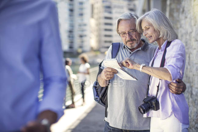 Senior couple taking a city break — Stock Photo