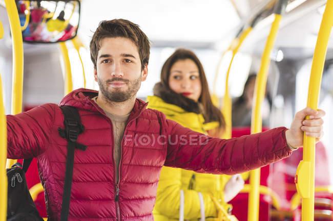 Великобритания, Лондон, портрет молодого человека, путешествующего на автобусе — стоковое фото